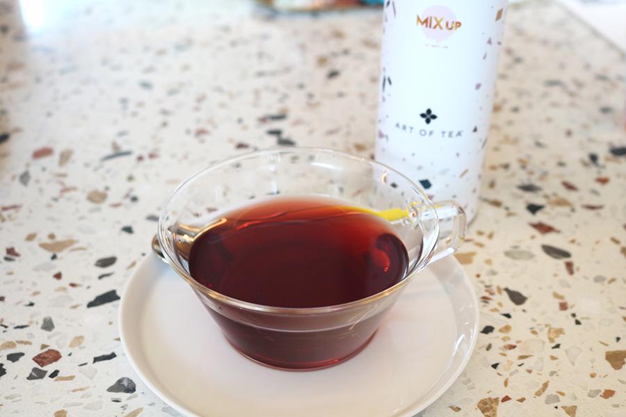 国産ほうじ茶をベースにした「ミックスアップ オリジナルブレンド」など、お茶とコーヒー全8種類がフリーフローで楽しめる
