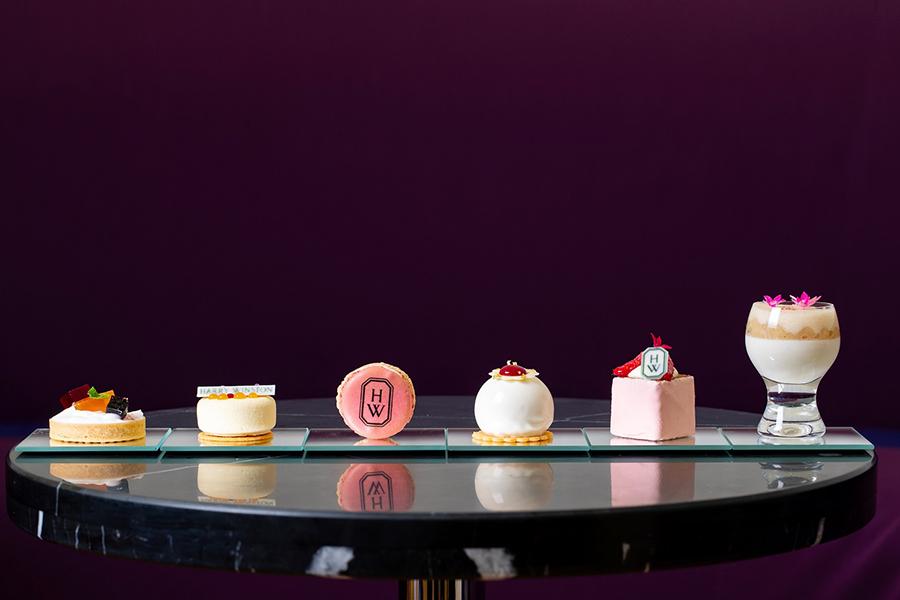 ローズとキャラメルのマカロン、ラズベリーとタヒチ産バニラのケーキ、キャラメルナッツとカシスのタルトなどのスイーツが楽しめる