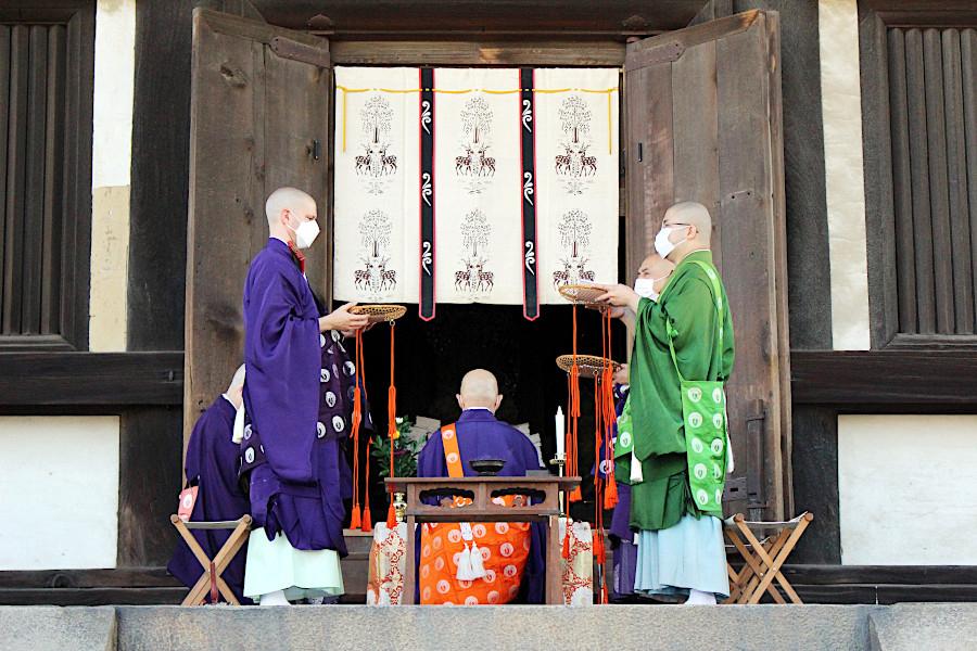五重塔の初層内陣が特別開扉され、興福寺の僧侶による法要が行われた