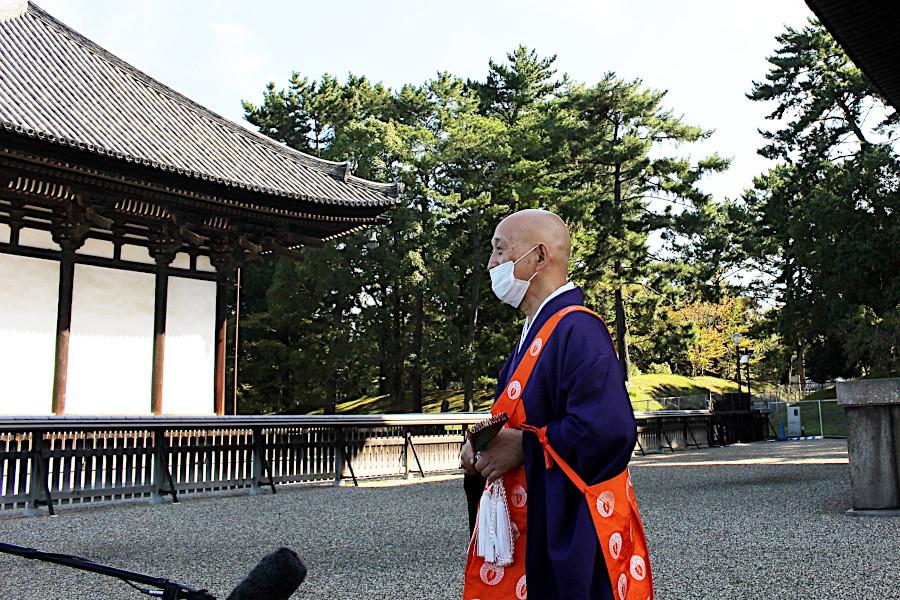 報道陣のインタビューに答える興福寺の森谷英俊貫首