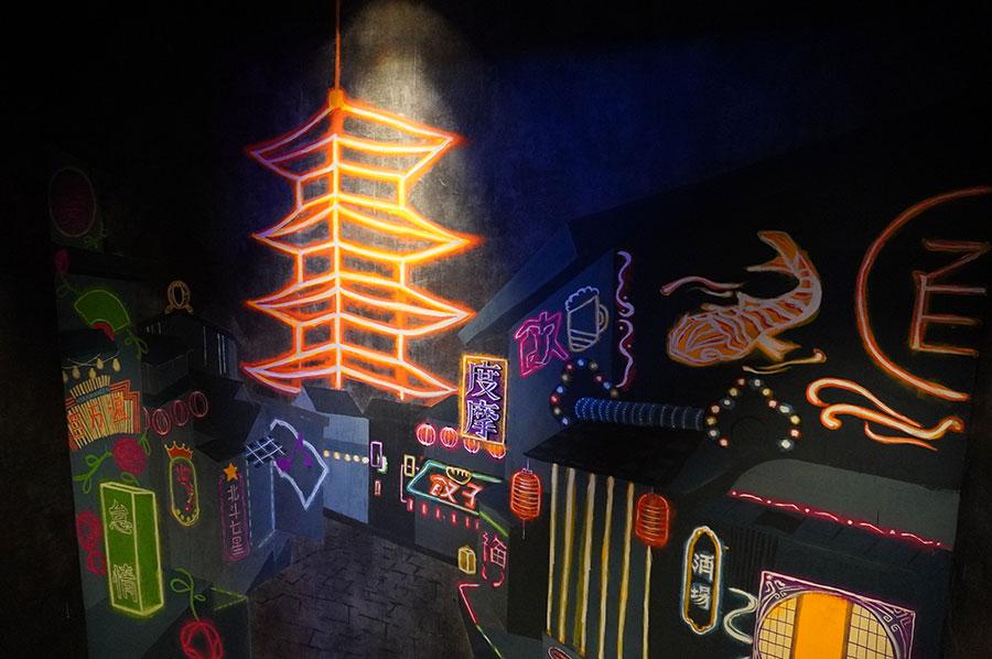 階段の踊り場には京都の美大生が描いた壁画が