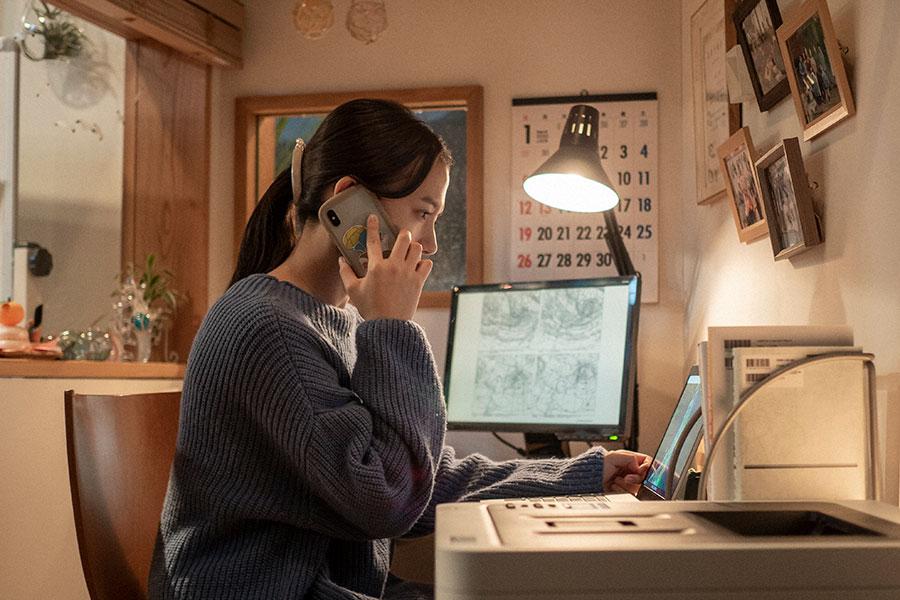 電話で連絡をとる百音(清原果耶)(C)NHK