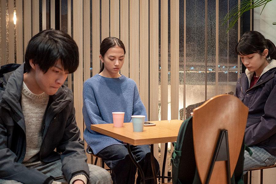 亮の無事を祈る悠人(左、高田彪我)、百音(清原果耶)、未知(蒔田彩珠)(C)NHK