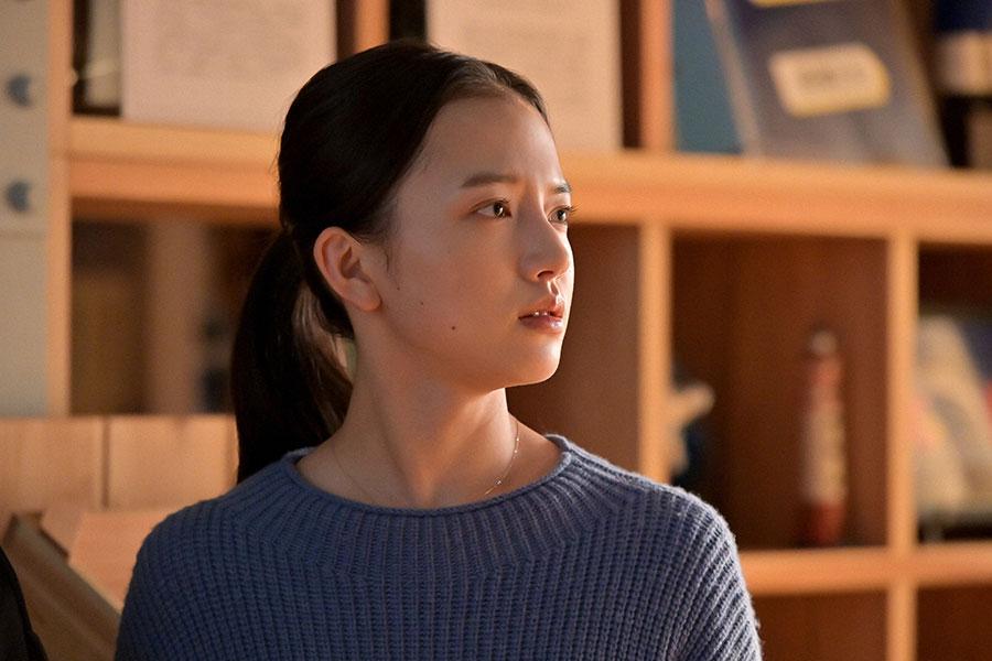 未知の隣に寄り添い、亮を見つめる百音(清原果耶)(C)NHK
